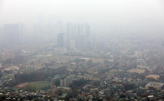 14일 오전 서울 용산구 N서울타워에서 바라본 도심이 뿌옇게 보이고 있다.