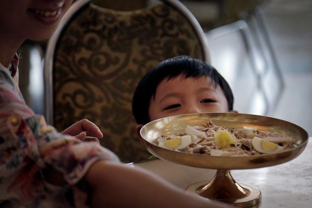 자료사진: 2014년 평양 옥류관에서 식사를 기다리는