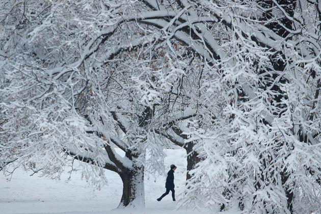 Μεγάλα προβλήματα από χιονοθύελλα που πλήττει τις μεσοδυτικές