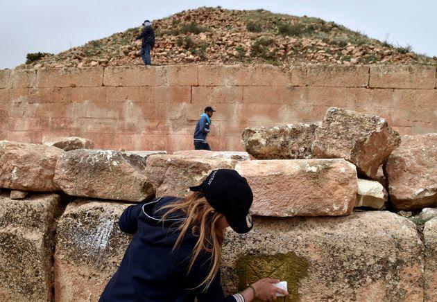 Des experts et des étudiants de l'Institut de l'archéologie à l'université...
