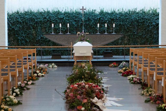 Le cercueil deLouisa Vesterager Jespersen entouré de fleurs, avant le début de la