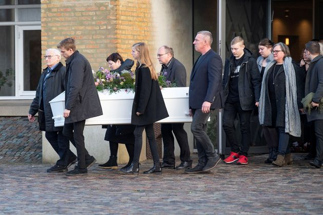 Les proches deLouisa Vesterager Jespersen portant le cercueil à l'issue des