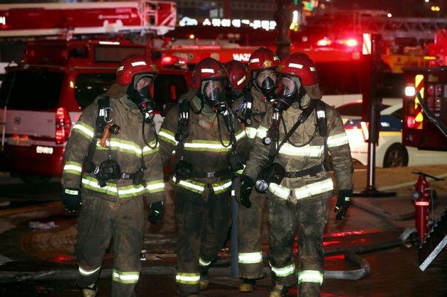 소방대원들이 화재 현장에서 잔불 및 대피하지 못한 인원 등을 살펴보고