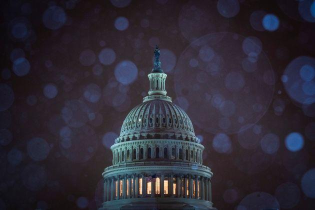 미국 역사상 가장 긴 연방정부 셧다운(일시 업무정지)이 계속되는 가운데 미국 워싱턴DC 의사당에 눈이 내리고 있다. 2018년