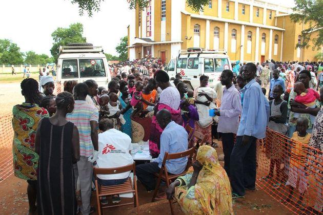 2016년: 남수단 수도 주바에 있는 성 테레사 성당에서 이동 진료를 진행하는 국경없는의사회의 모습. 이곳 성당에는 2500명이 피신했다. 국경없는의사회는 의료 지원이 가장 시급한...