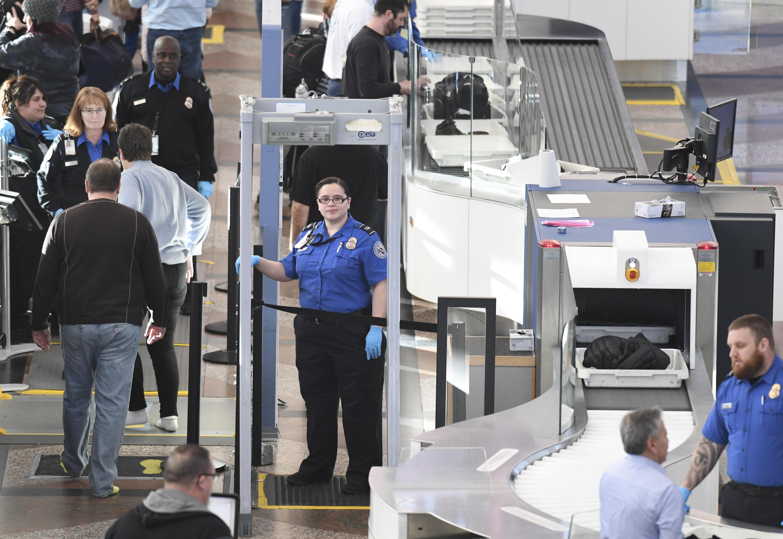 사진은 미국 덴버 국제공항에서 근무하는 교통안전청(TSA) 소속 보안검색 직원들의 모습. TSA 직원들은 연방정부 셧다운(일시 업무정지) 때문에 급여를 받지 못하고 있다. 2019년