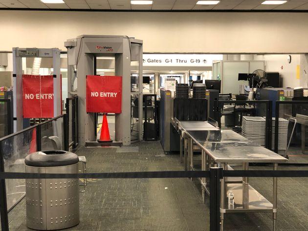 마이애미 국제공항 터미널 G의 일부 보안검색대가 폐쇄된 모습. 2019년