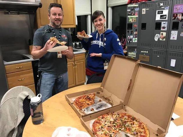 캐나다 공항 관제사들이 '셧다운' 미국 동료들에게 피자를 보내고