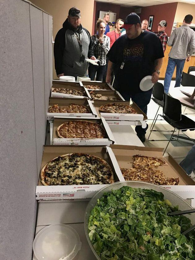 미네소타 미니애폴리스 관제 센터 직원들이 캐나다 위니펙 관제사들이 보내온 피자와 샐러드 앞에서 줄을 서고 있다. 2019년