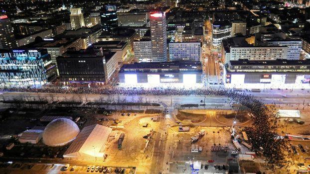 Des Polonais marchent contre la violence et la haine à Varsovie, ce 14