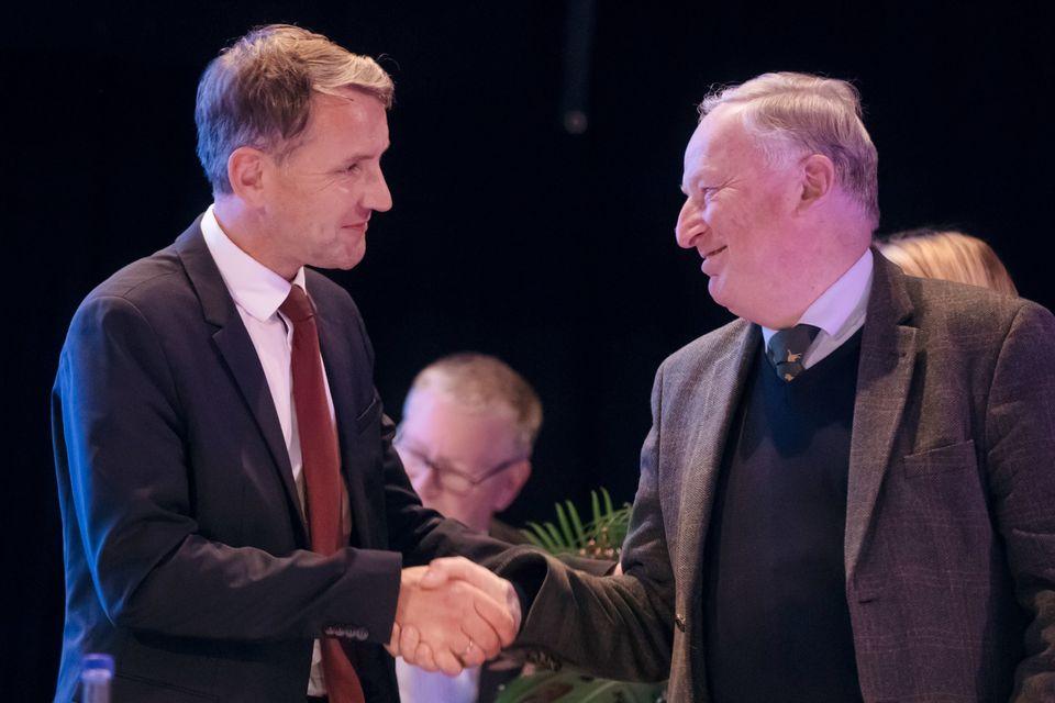 Björn Höcke schüttelt AfD-Chef Alexander Gauland die Hand. Gauland kritisierte Höcke zuletzt, weil er der AfD Angst vor dem Verfassungsschutz und