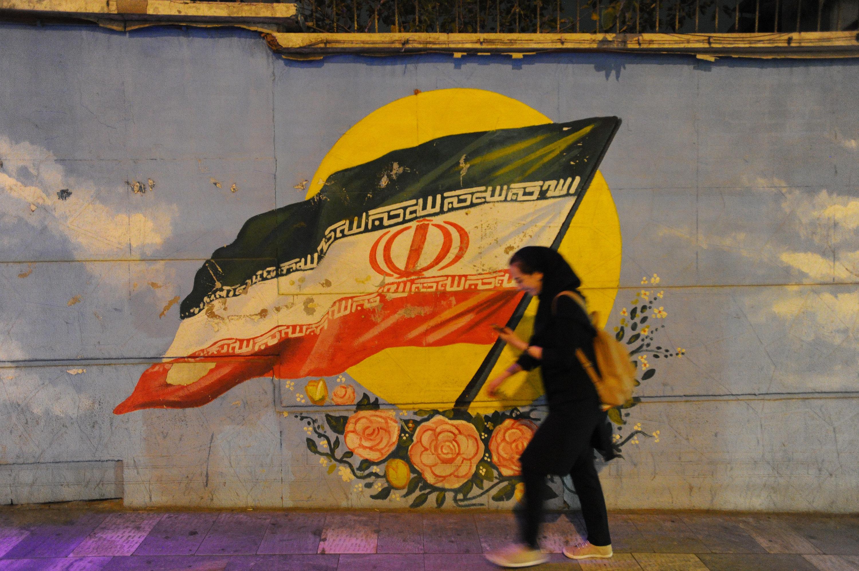 Έρχεται το τέλος της μαντίλας στο Ιράν; Οι αναφορές για δημοψήφισμα και ο φόβος των