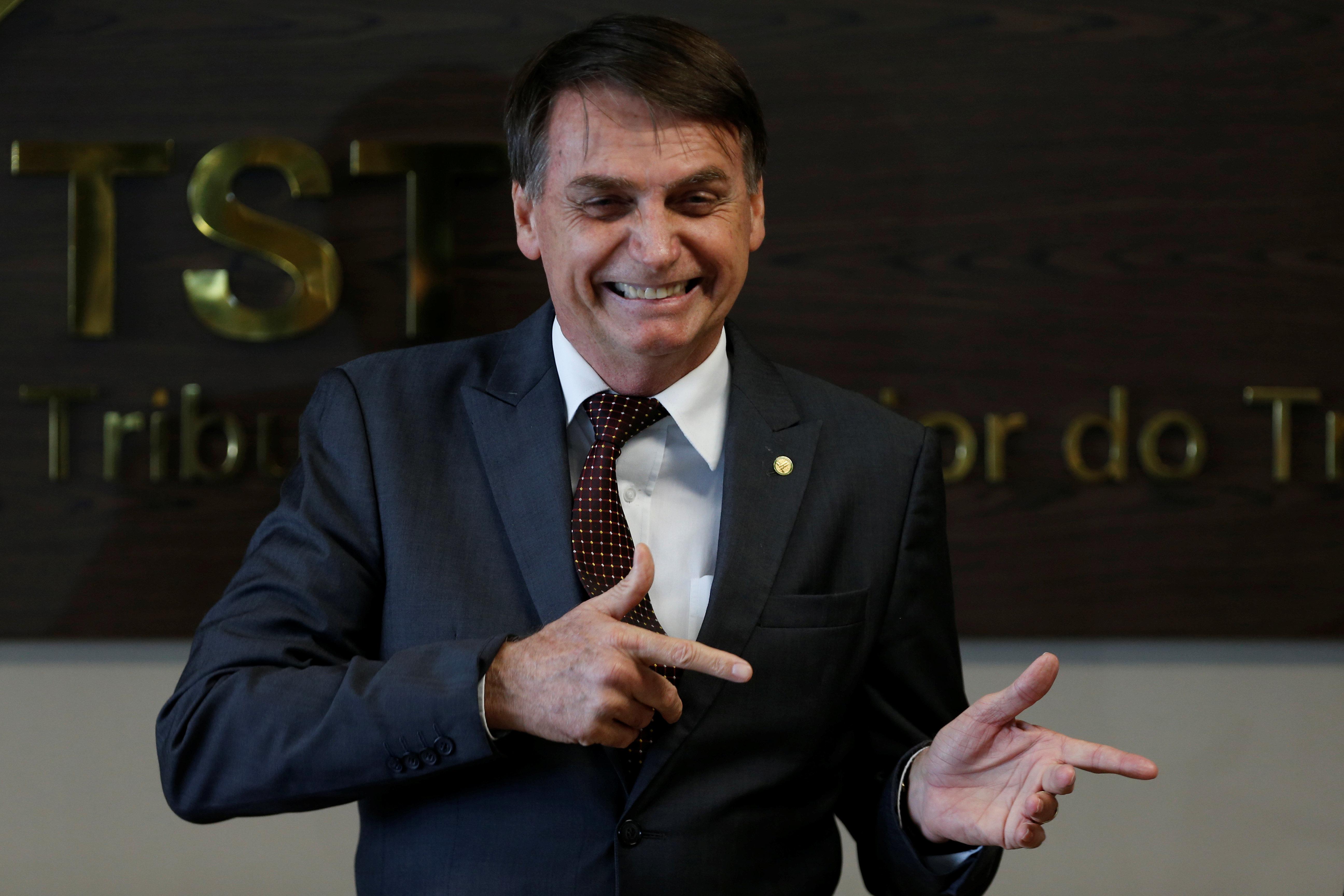 Bolsonaro assina decreto que facilita posse de arma de