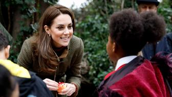 Britain's Catherine, Duchess of Cambridge helps to make winter bird feed with children as she visits the Islington community garden in north London on January 15, 2019. (Photo by Tolga AKMEN / POOL / AFP)        (Photo credit should read TOLGA AKMEN/AFP/Getty Images)