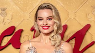 LONDON, ENGLAND - DECEMBER 10:  Margot Robbie attends the World Premiere of 'Mary Queen of Scots' at Cineworld Leicester Square on December 10, 2018 in London, England.  (Photo by Chris J Ratcliffe/Getty Images)