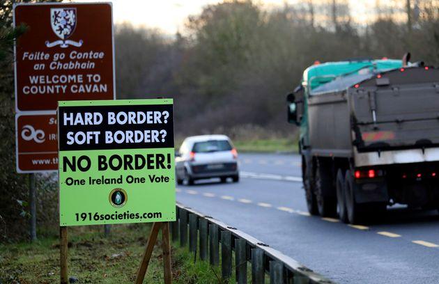 2018년 12월 '하드 보더'를 반대하는 내용의 플래카드가 북아일랜드 국경 인근에