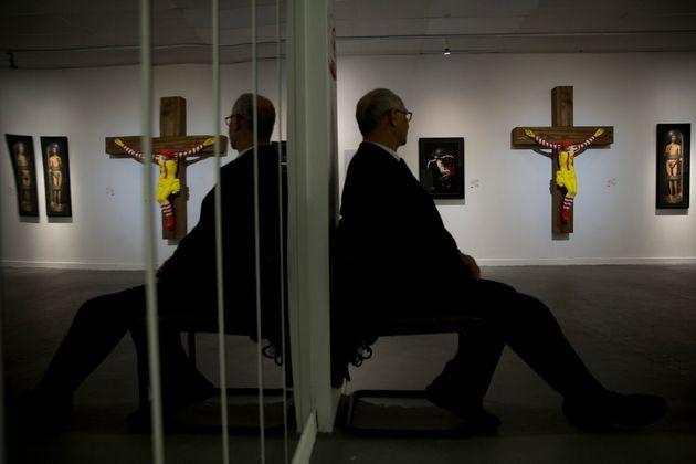맥도날드를 십자가에 못 박힌 예수로 형상화한 '맥지저스'가 이스라엘에서 논란이