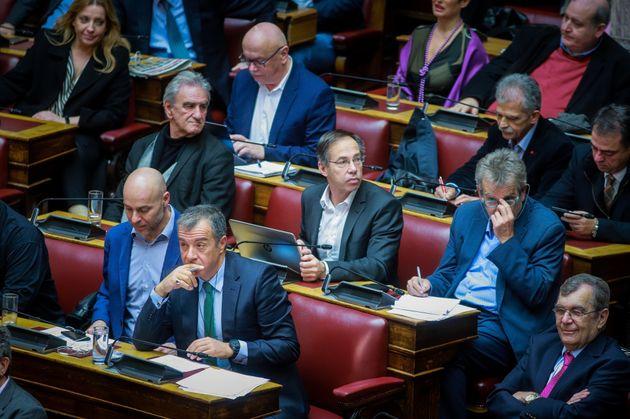 Ψήφος εμπιστοσύνης - Επεισόδιο 2.0 στη Βουλή: Απειλές, μεταγραφές και το Ποτάμι στα (πολύ)