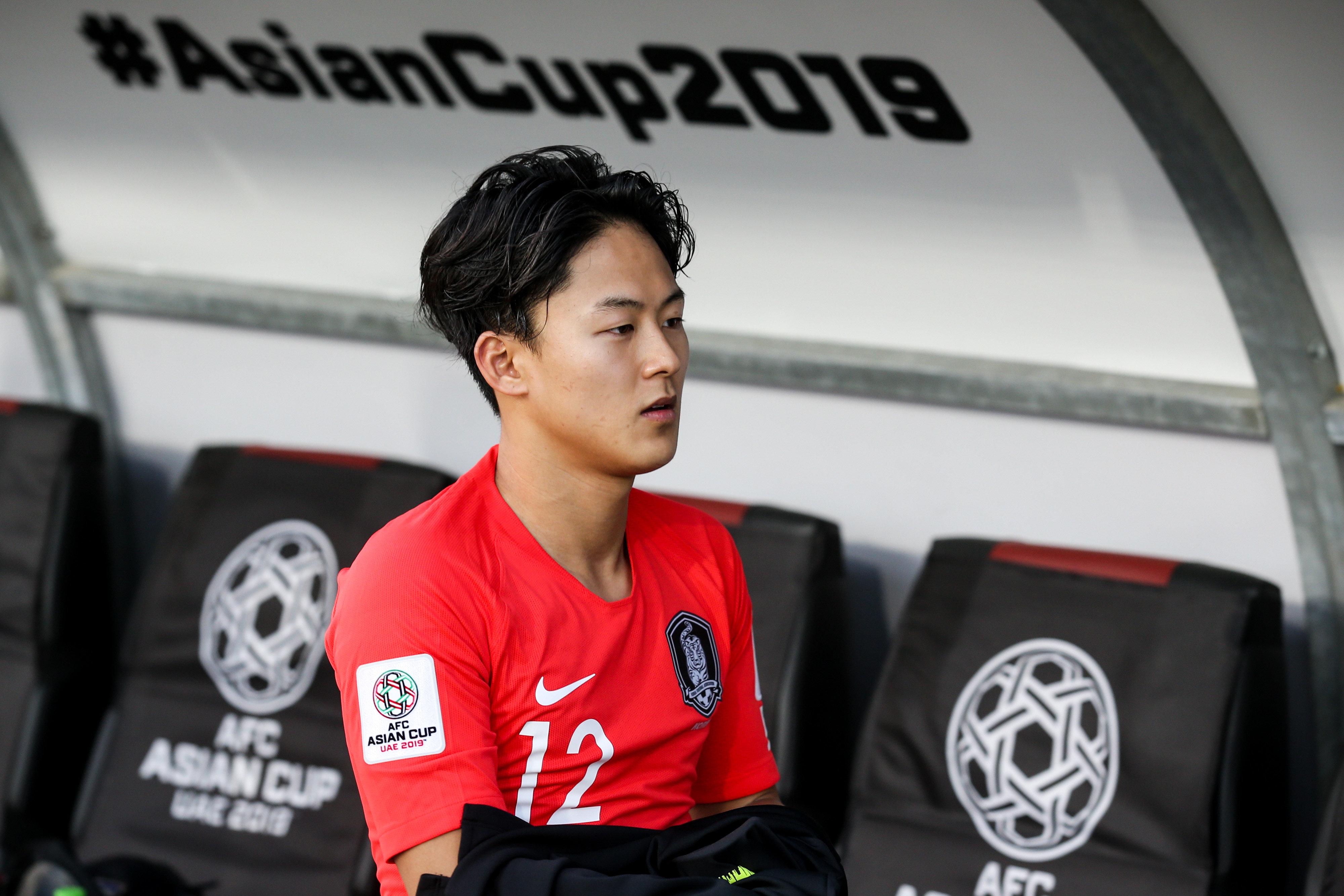 [아시안컵] 3경기 연속 출전 불발된 이승우가 물병을 걷어차자 황의조가 보인