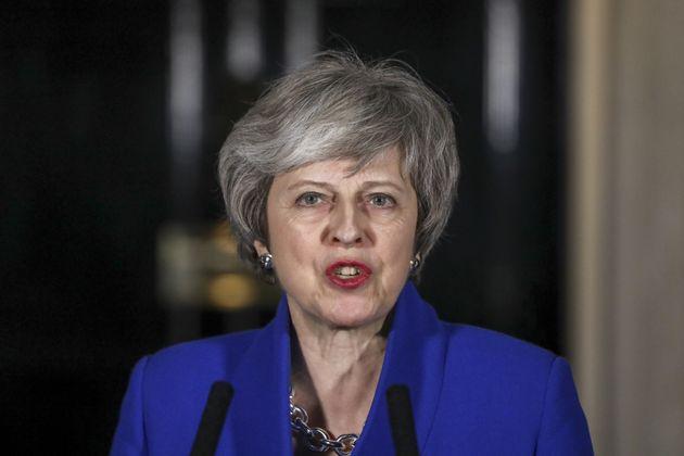 정부 불신임 투표에서 가까스로 살아남은 직후, 테레사 메이 영국 총리가 집무실 앞에서 기자회견을 하고 있다. 2019년