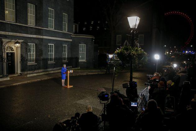 영국 메이 총리가 불신임 투표에서 일단 살아