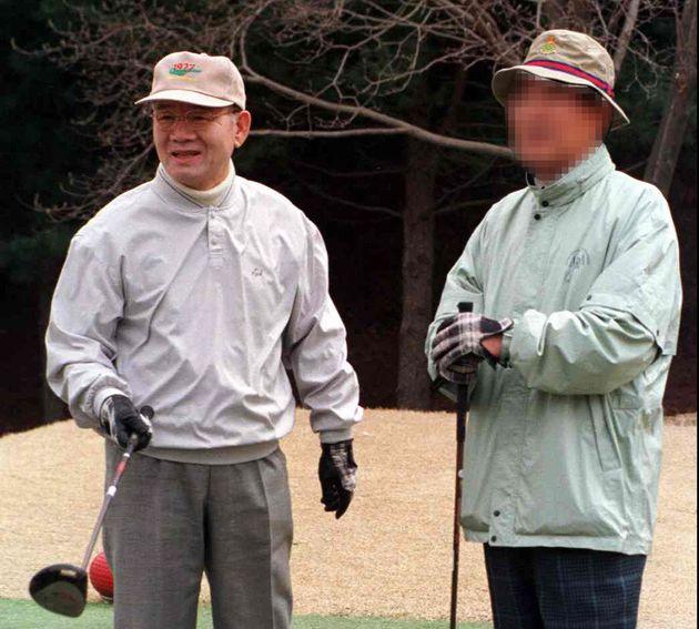 1999년 한 유력 정치인과 골프를 치고 있는 전두환 전