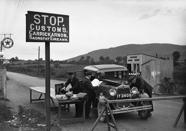 북아일랜드-아일랜드 국경에 위치한 한 검문소에서 세관 직원들이 물품을 들여다보는 모습. 1932년