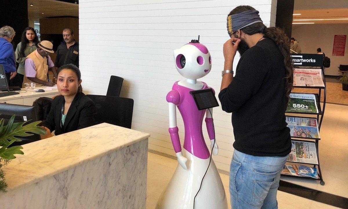 인도의 기업이 로봇 안내원을 만들었다. 성별은 역시
