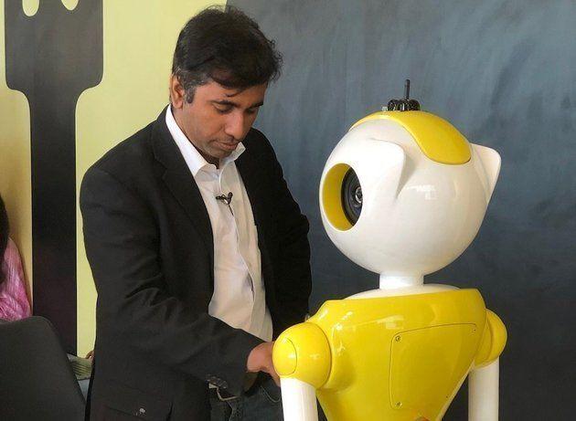 인벤토 로보틱스의 CEO 발라지 비스와나탄이 미트리를 사용하는 모습을 보여주고