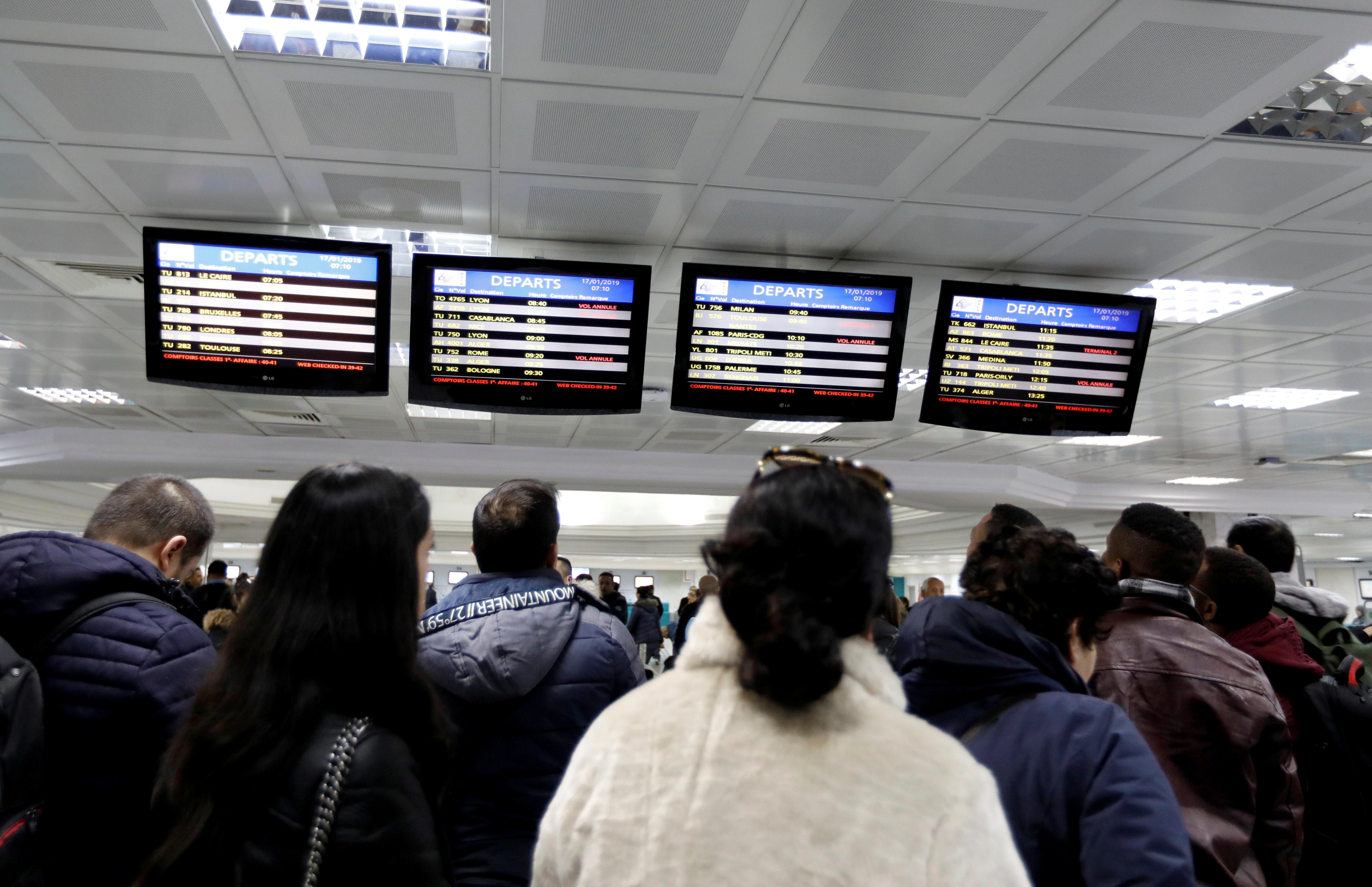 Frustration et cohue à l'aéroport Tunis-Carthage après l'annulation de la majorité des