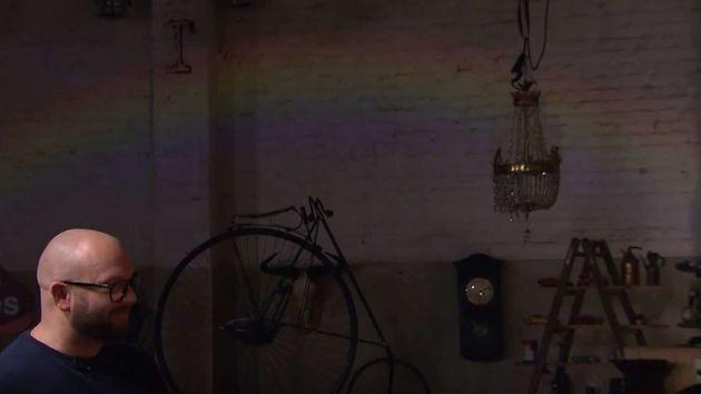 Die Lampe wirft einen Regenbogen an die