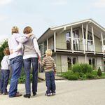 Nachbarn beschwerten sich über 2-Jährige: Familie aus Wohnung
