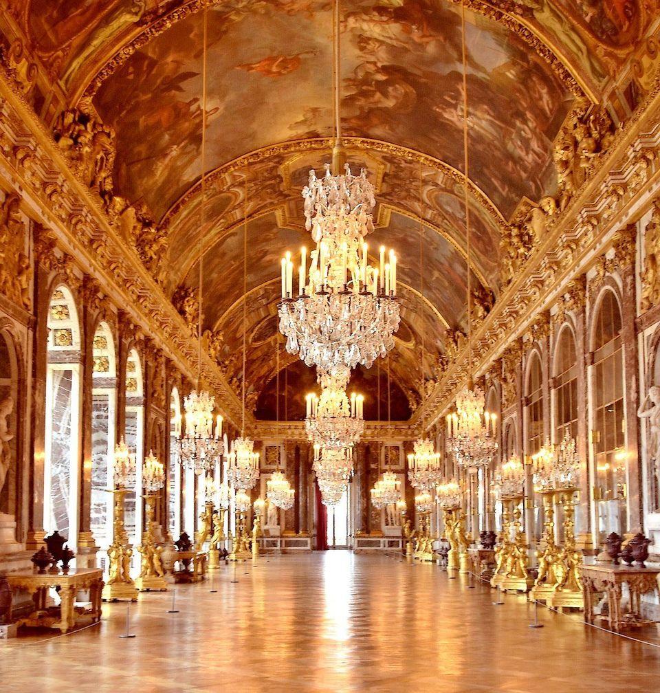Vue partielle de la galerie des glaces. Quintessence de l'art français au XVIIe siècle,...