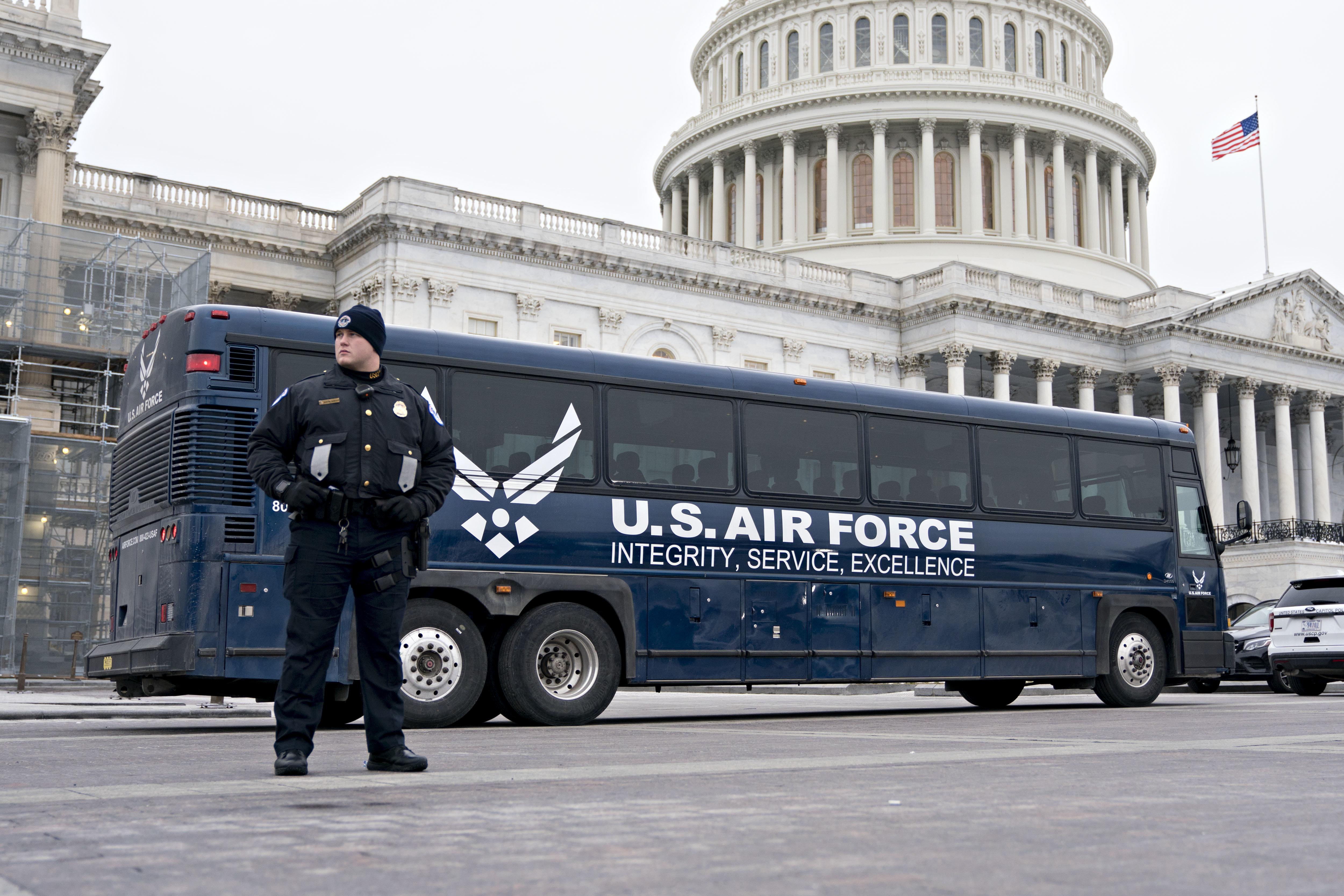 낸시 펠로시 하원의장(민주당, 캘리포니아) 일행을 태울 예정이었던 미국 공군 버스가 워싱턴DC 의사당 건물 앞에 서있다. 2019년