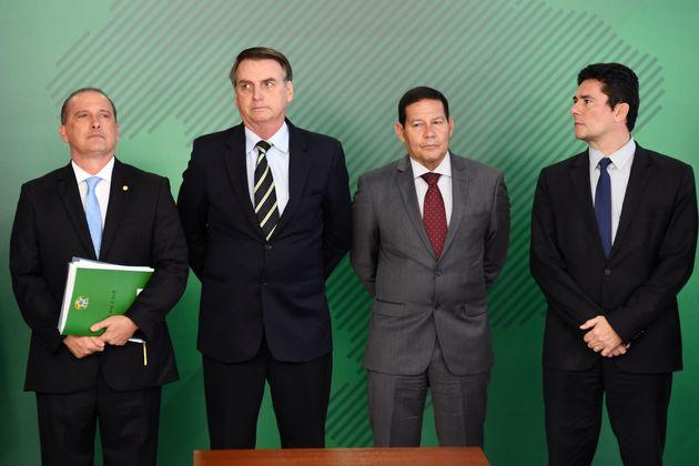 Onyx Lorenzoni, Jair Bolsonaro, general Mourão e Sérgio Moro durante solenidade para a...