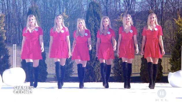 Sechs (nahezu) identische Frauen treten bei