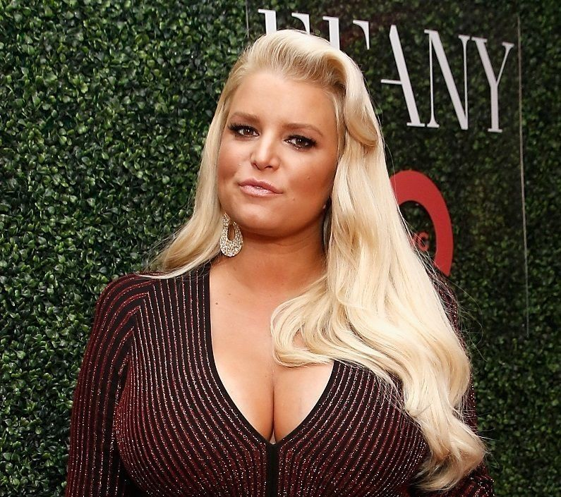 Westlake Legal Group 5c420d9225000026017db610 Jessica Simpson's '10 Year Challenge' Photo Pokes Fun At Her Swollen Ankles