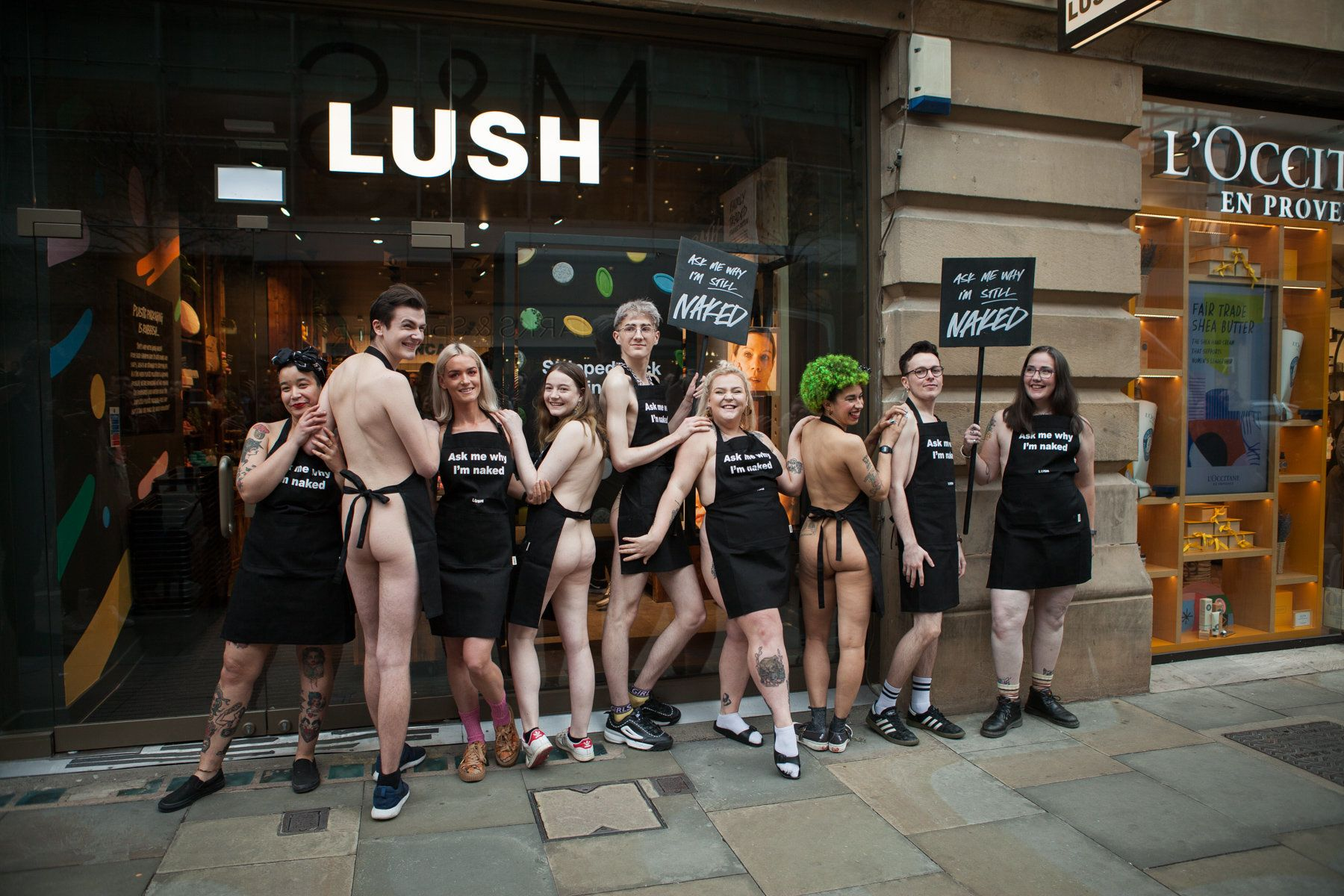 HUFFPOST FINDS: Inside Lush's First UK Plastic-Free Shop: From Naked Employees To Solid Shower