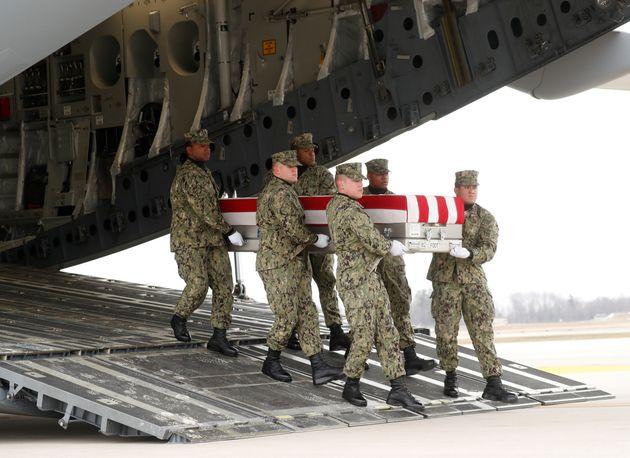 Ο Τραμπ αποτίει φόρο τιμής στους στρατιώτες που σκοτώθηκαν στη