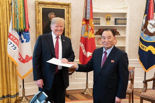 김영철이 트럼프에게 김정은 친서를 전달하는 사진이