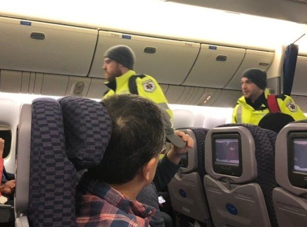 Επιβάτες παρέμειναν αποκλεισμένοι για 13 ώρες σε... παρκαρισμένο αεροπλάνο