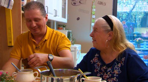 Single Marco und Mutter Betina freuen sich über die Antworten der