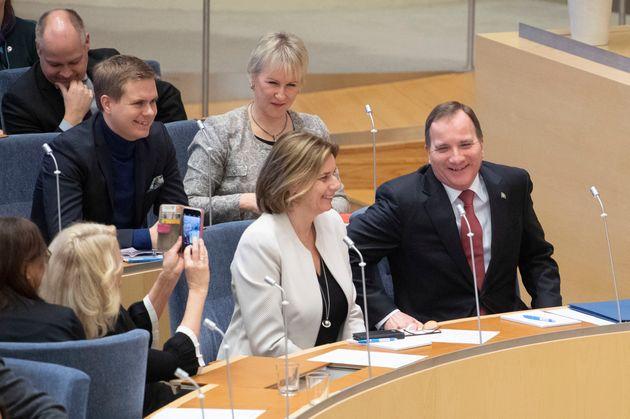 스웨덴 의회 투표 결과 스웨덴 사회민주당 대표 스테판 뢰벤(오른쪽)이 총리 재선에 성공하면서 총선 4개월 만에 연립정부 구성이 마무리 됐다. 2019년