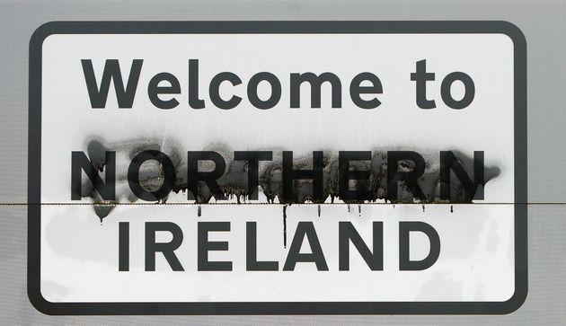 북아일랜드? 아일랜드? - 아일랜드 북부 더니골과 국경을 접하고 있는 북아일랜드 런던데리에 있는 표지판. 누군가 '북아일랜드에 오신 것을 환영합니다' 중 '북(northern)'을...