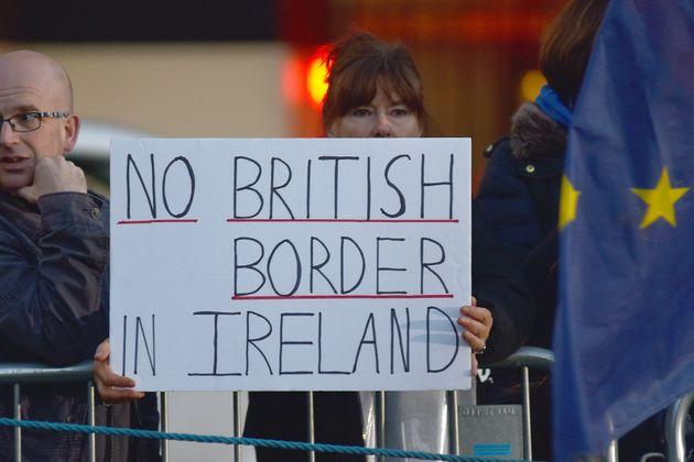 영국 런던에 위치한 의사당 앞에서 한 브렉시트 반대 활동가가 '북아일랜드에 영국 국경 설치를 반대한다'는 구호가 적힌 피켓을 들고 있다. 2018년