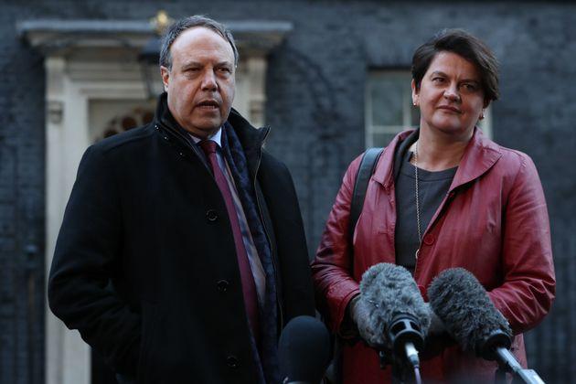 테레사 메이 영국 총리와의 회동을 위해 총리 집무실을 찾은 북아일랜드 민주연합당(DUP)의 알린 포스터 대표(왼쪽), 나이절 도즈 부대표가 언론인들의 질문에 답하고 있다. 2019년