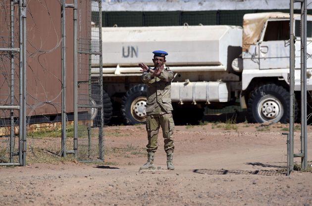 Un membre de la mission de paix des Nations Unies, la MINURSO, lors de la visite du chef des Nations...