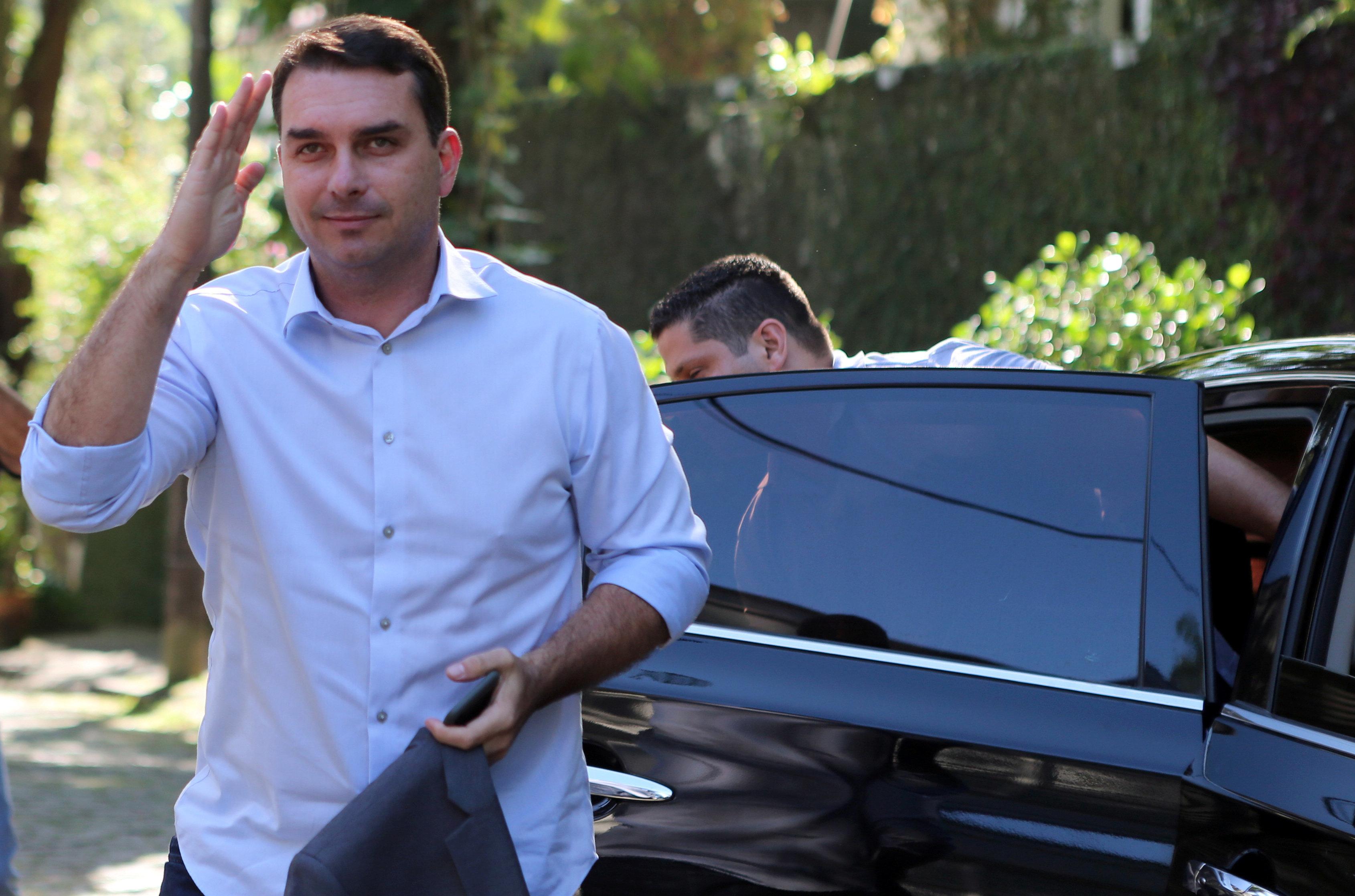 Mãe e esposa de chefe do Escritório do Crime foram empregadas no gabinete de Flávio Bolsonaro, diz