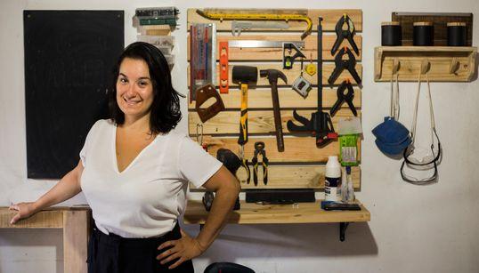 Renata Cianela, a professora que ensina a arte da marcenaria só para