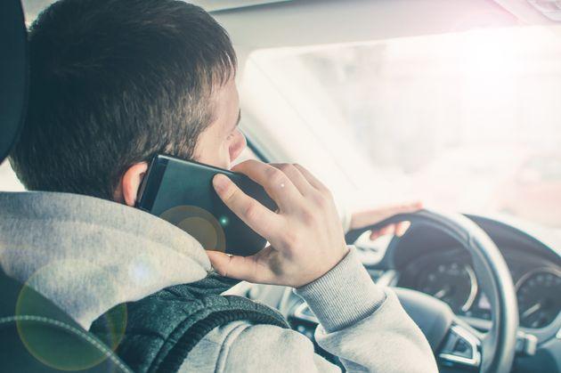 Atualmente, pessoas usam viva voz em vez de falar ao celular, mas ação também é...